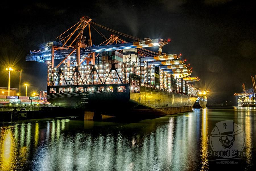 """Das Containerschiff """"AL NEFUD"""" (IMO 9708813) am 31.08.2016 um 22:43 Uhr am Containerterminal """"EUROGATE"""" im Hamburger Hafen. // Foto: Ralph Kerpa  Technische Daten:  IMO:  9708813 Schiffstyp: Containerschiff Baujahr: 2015 BRZ: 195636 Tragfähigkeit: 199744 t Container: 18800 TEU Länge: 400,00 m Breite: 59,00 m Tiefgang: 16,00 m Leistung: - kW Geschwindigkeit: 21,00 kn Heimathafen: Valletta Flagge: Malta"""