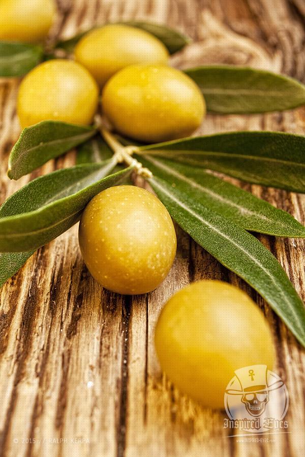 Grüne Oliven mit einem Olivenzweig // Foto: Ralph Kerpa