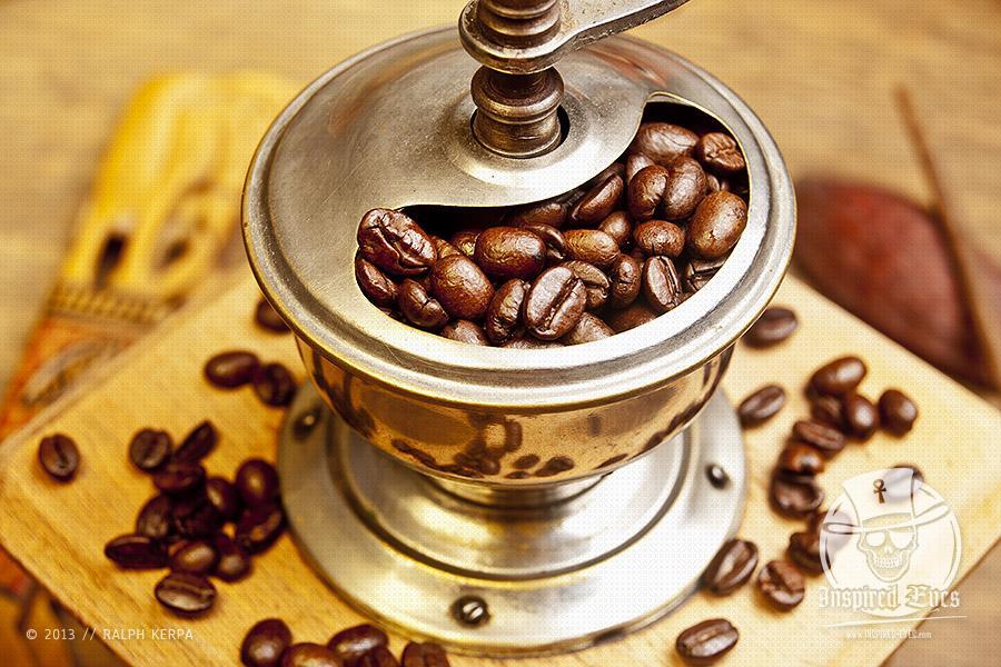 Frisch geröstete Kaffeebohnen in einer alten Kaffeemühle // Foto: Ralph Kerpa