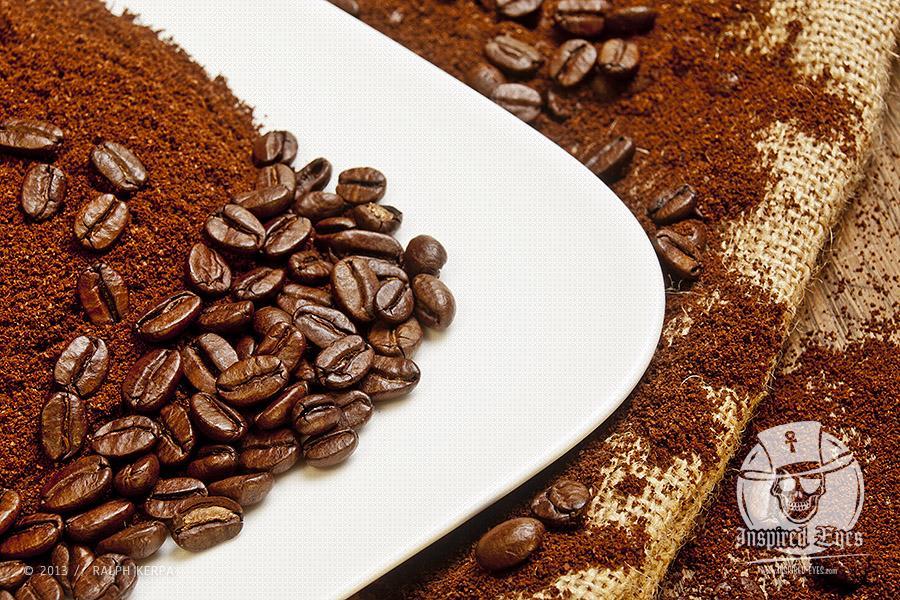 Eine Schale mit Kaffeepulver und gerösteten Kaffeebohnen // Foto: Ralph Kerpa