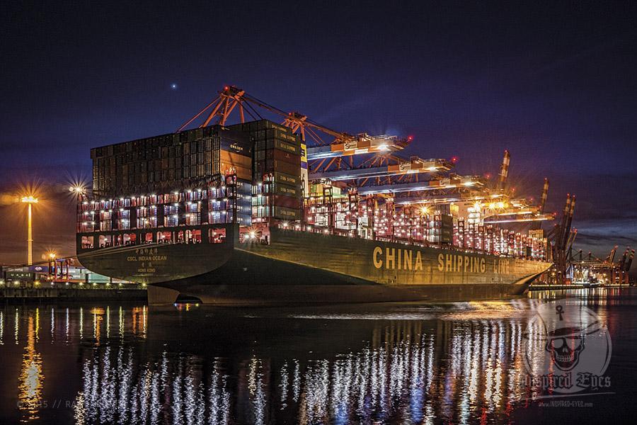 """Die """"CSCL INDIAN OCEAN"""" ( IMO 9695157) am Terminal """"EUROGATE"""" im Hamburger Hafen // Foto: R. Kerpa  Technische Daten: IMO: 9695157 Schiffstyp: Containerschiff Baujahr: 2015 BRZ: 187541 Tragfähigkeit: 184000 t Container: 18980 TEU Länge: 400,00 m Breite: 59,00 m Tiefgang: 16,00 m Leistung: 69414 kW Heimathafen: Hong Kong"""
