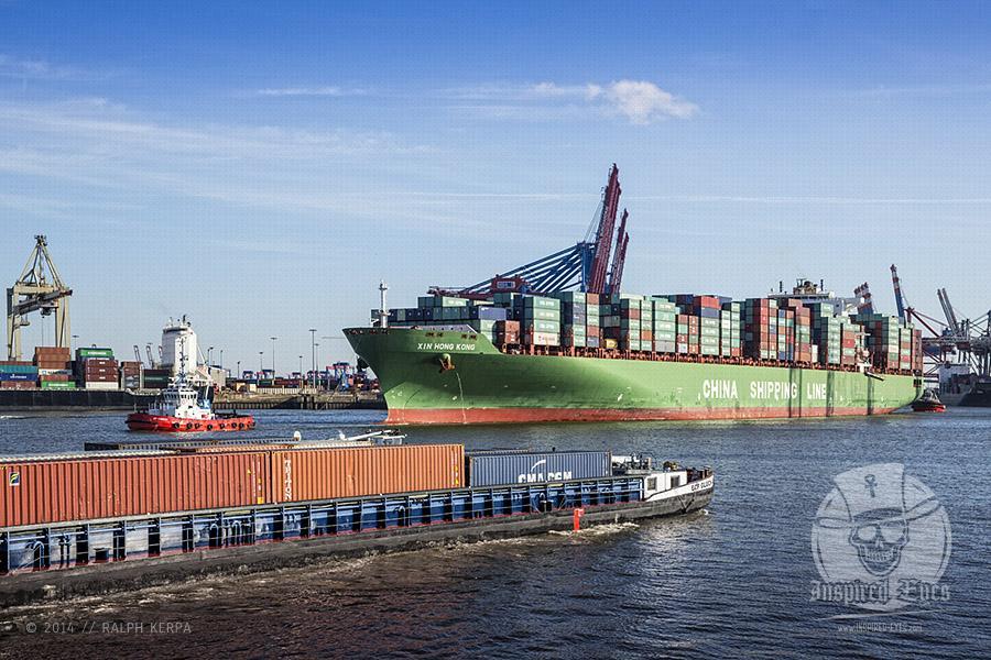 """Das Containerschiff """"XIN HONG KONG"""" verlässt das Containerterminal """"BURCHARDKAI"""" am 23.02.2014 um 14:55 Uhr.   Technische Daten: IMO: 9314222 Schiffstyp: Containerschiff Baujahr: 2007 BRZ: 108069 Tragfähigkeit: 111746 t Container: 9572 TEU Länge: 336,70 m Breite: 45,64 m Tiefgang: 15,03 m Leistung: 69414 kW Geschwindigkeit: 23,5 kn"""