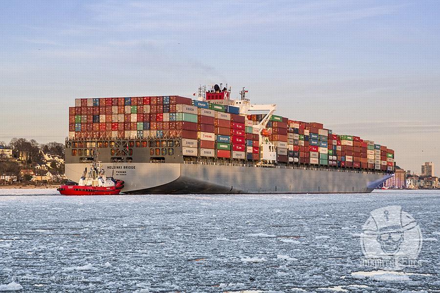 """Das Containerschiff """"HELSINKI BRIDGE"""" (IMO: 9588081, Baujahr: 2012, Tragfähigkeit: 106000 t, Container: 9600 TEU) läuft am 02.02.2014 in den Hamburger Hafen ein.  IMO: 9588081 Name: HELSINKI BRIDGE Schiffstyp: Containerschiff Baujahr: 2012 BRZ: 98747 Tragfähigkeit: 106000 t Container: 9600 TEU Länge: 335.00 m Breite: 46.00 m Tiefgang: 14.50 m Leistung: 68200 kW Geschwindigkeit: 24.5 kn Flagge: PANAMA"""