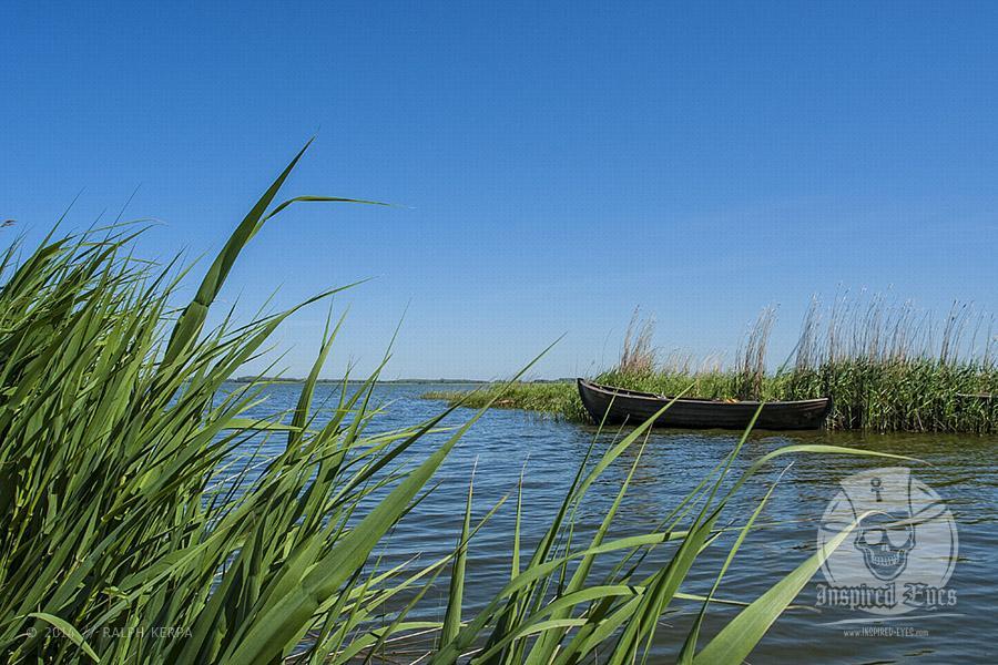 Ein Fischerboot am Ufer der Zufahrt vom kleinen Hafen in Devin // Foto: Ralph Kerpa