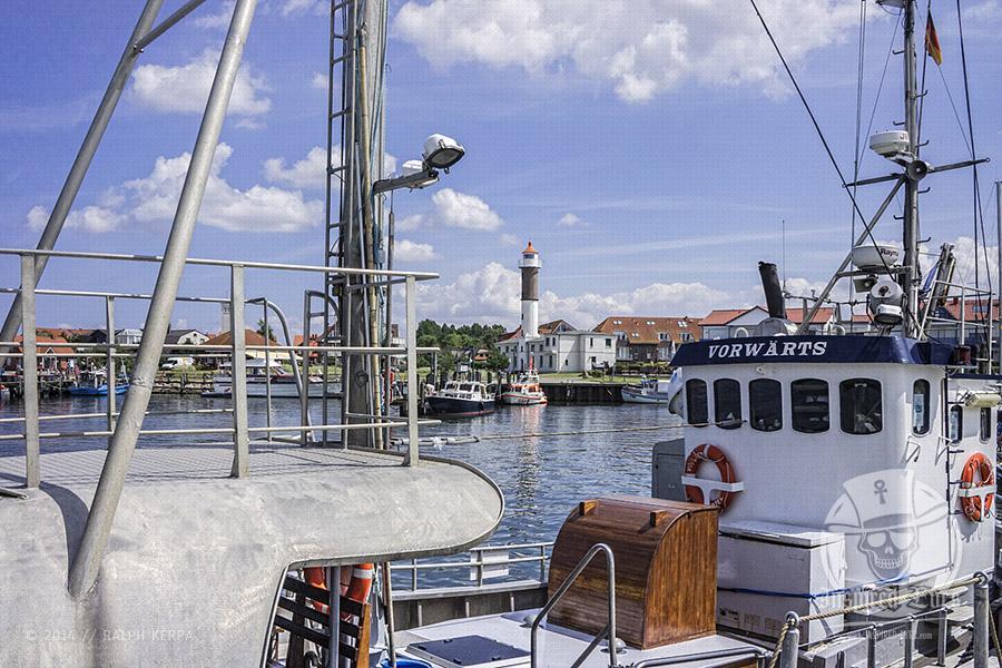 Sport- und Fischerboote an ihren Liegeplätzen im Hafen von Timmendorf // Foto: Ralph Kerpa