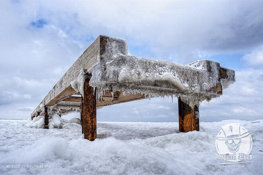 Holzsteg an einem Strand an der Ostsee im Winter // Foto: Ralph Kerpa