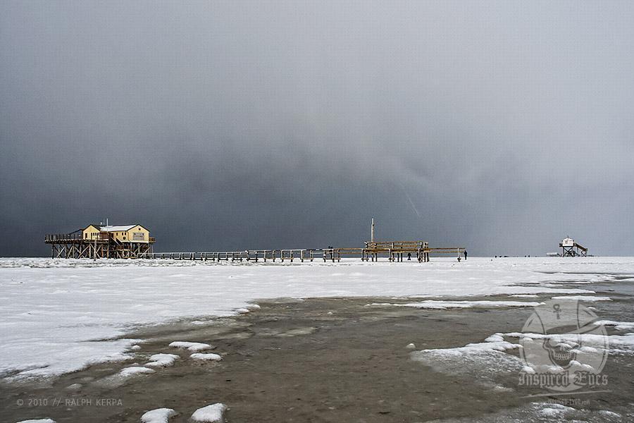 Pfahlhäuser im Winter am Strand von St. Peter-Ording // Foto: Ralph Kerpa
