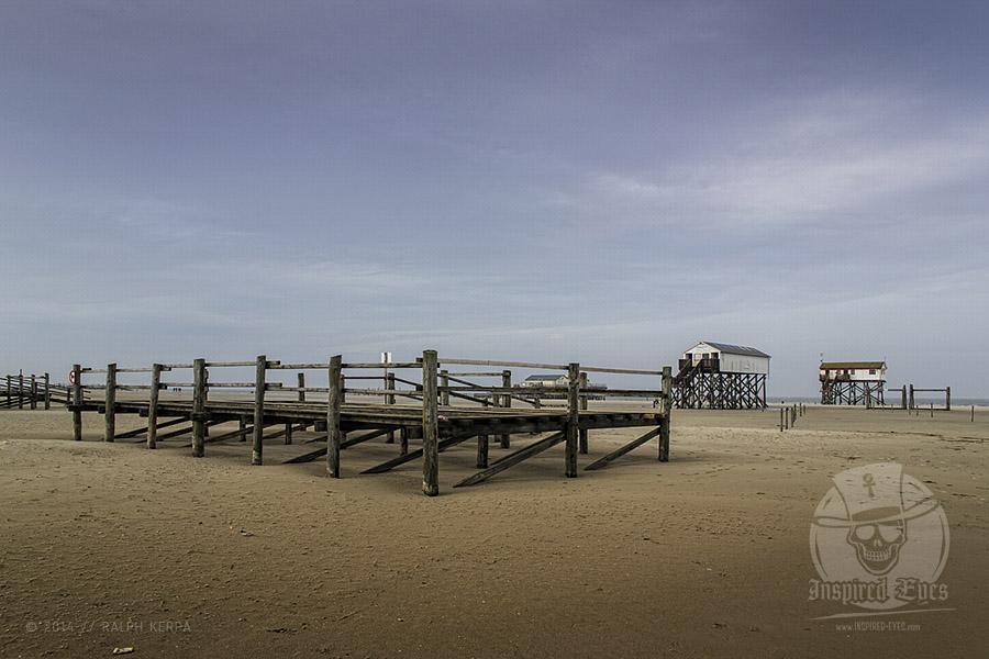 Plattformen für Strandkörbe und Pfahlhäuser am Strand an der Nordsee in St. Peter-Ording im Winter // Foto: Ralph Kerpa