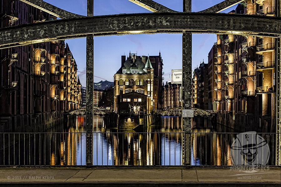 Blick von der Poggenmühlen Brücke auf das Wasserschloss in der Hamburger Speicherstadt // Foto: Ralph Kerpa